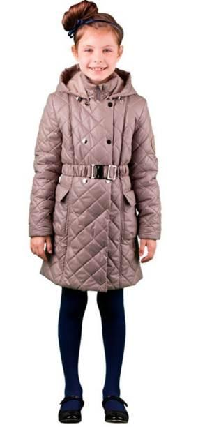 Пальто для девочки. 63574DM_BOG63574DM_BOG варант 1Стильное пальто для девочки Boom! идеально подойдет вашему ребенку в прохладную погоду. Модель изготовлена из водонепроницаемой и ветрозащитной ткани, на подкладке из полиэстера с добавлением вискозы, В качестве утеплителя используется синтепон - 100% полиэстер, благодаря чему она необычайно мягкая и приятная на ощупь, не сковывает движения и позволяет коже дышать, не раздражает даже самую нежную и чувствительную кожу ребенка, обеспечивая ему наибольший комфорт. Приталенное пальто с отложным воротником и капюшоном застегивается на пластиковую застежку-молнию и дополнительно имеет внешнюю ветрозащитную планку на кнопках. Капюшон пристегивается с помощью пуговиц и по краю дополнен скрытой эластичной резинкой со стопперами. Спереди предусмотрены два накладных кармана с клапанами на липучках. На талии имеются шлевки для ремня. В комплект входит поясок на металлической пряжке. Оригинальный современный дизайн и модная расцветка делают это пальто модным и стильным предметом...