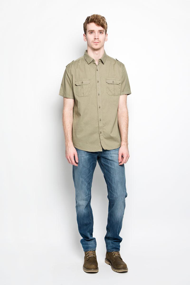 РубашкаHs-212/690-6123Мужская рубашка Sela, выполненная из натурального хлопка, идеально дополнит ваш образ. Материал мягкий и приятный на ощупь, не сковывает движения и позволяет коже дышать. Рубашка классического кроя с короткими рукавами и отложным воротником застегивается на пуговицы по всей длине. На плечевых швах имеются декоративные хлястики на пуговицах. На груди изделие дополнено накладными карманами с клапанами на пуговицах. Такая модель будет дарить вам комфорт в течение всего дня и станет стильным дополнением к вашему гардеробу.