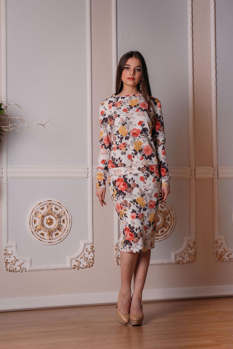 Комплект женский: свитшот, юбка. к513к513Шикарный женский комплект Lautus, состоящий из свитшота и юбки, станет отличным дополнением к вашему гардеробу. Комплект оформлен модным цветочным принтом. Свитшот выполнен с круглым вырезом горловины и длинными рукавами. Облегающая удлиненная юбка-карандаш, дополненная разрезом сзади, отлично подчеркнет достоинства вашей фигуры. Юбка застегивается сзади на потайную застежку-молнию и на пластиковую пуговицу с внутренней стороны. В таком наряде вы, безусловно, привлечете восхищенные взгляды окружающих.