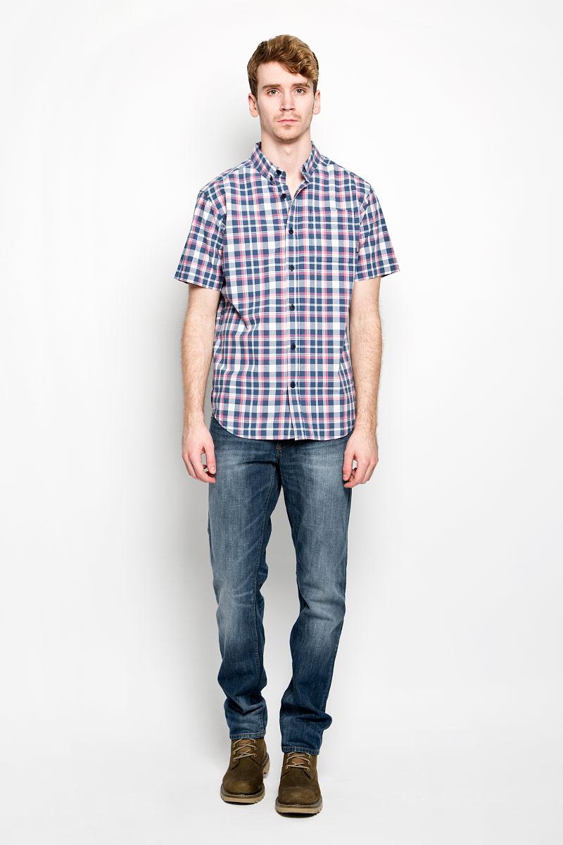 Рубашка мужская. 150876150876/7275Мужская рубашка F5, выполненная из натурального хлопка, идеально дополнит ваш образ. Материал мягкий и приятный на ощупь, не сковывает движения и позволяет коже дышать. Рубашка классического кроя с короткими рукавами и отложным воротником застегивается на пуговицы по всей длине. На груди модель дополнена накладным карманом. Низ рубашки имеет округлую форму и дополнен трикотажными вставками. Такая модель будет дарить вам комфорт в течение всего дня и станет стильным дополнением к вашему гардеробу.