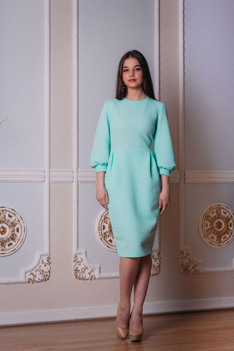 Платье. 775/776776Элегантное платье-футляр Lautus выполнено из высококачественного эластичного полиэстера с добавлением вискозы. Такое платье обеспечит вам комфорт и удобство при носке. Модель с рукавами 3/4 и круглым вырезом горловины выгодно подчеркнет все достоинства вашей фигуры благодаря приталенному силуэту. Платье-миди застегивается на застежку-молнию на спинке, дополнено пришивной юбкой, оформленной декоративными встречными складками. Изделие украшено объемным узором в клетку. Изысканное платье-миди создаст обворожительный и неповторимый образ. Это модное и удобное платье станет превосходным дополнением к вашему гардеробу, оно подарит вам удобство и поможет вам подчеркнуть свой вкус и неповторимый стиль.