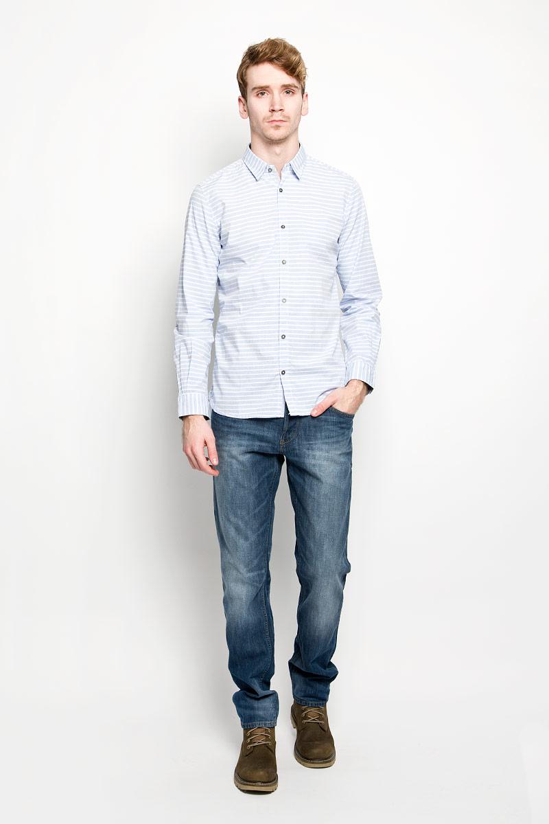 2031531.00.10_6673Мужская рубашка Tom Tailor, выполненная из натурального хлопка, идеально дополнит ваш образ. Материал мягкий и приятный на ощупь, не сковывает движения и позволяет коже дышать. Рубашка классического кроя с длинными рукавами и отложным воротником застегивается на пуговицы по всей длине. Манжеты на рукавах также застегиваются на пуговицы. Такая модель будет дарить вам комфорт в течение всего дня и станет стильным дополнением к вашему гардеробу.
