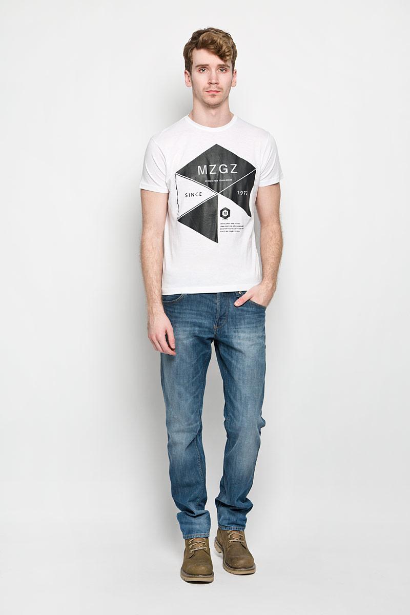 ФутболкаTheboy/OPTWHITEAСтильная мужская футболка MeZaGuZ выполнена из натурального хлопка. Материал очень мягкий и приятный на ощупь, обладает высокой воздухопроницаемостью и гигроскопичностью, позволяет коже дышать. Модель прямого кроя с круглым вырезом горловины и короткими рукавами. Горловина обработана трикотажной резинкой, которая предотвращает деформацию после стирки и во время носки. Футболка дополнена оригинальным принтом в виде надписей на английском языке. Такая модель подарит вам комфорт в течение всего дня и послужит замечательным дополнением к вашему гардеробу.