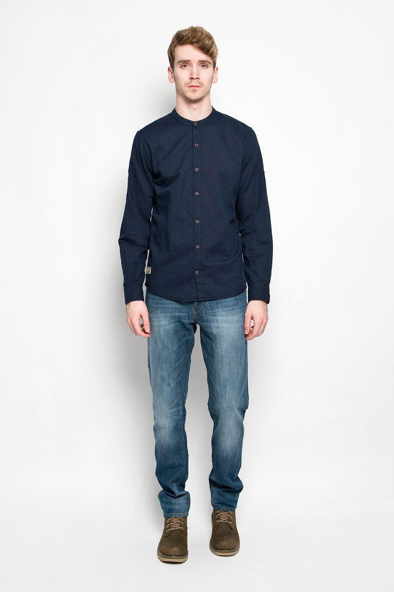 Рубашка2031426.00.10_2000Стильная мужская рубашка Tom Tailor, выполненная из хлопка и льна, станет замечательным дополнением к вашему гардеробу. Благодаря своему составу, изделие очень легкое, мягкое и приятное на ощупь, не сковывает движения и позволяет коже дышать. Модель с круглым вырезом горловины и длинными рукавами застегивается на пуговицы по всей длине. Рукава рубашки дополнены хлястиками с пуговицами, позволяющими регулировать их длину. Манжеты также застегиваются на пуговицы. Изделие украшено небольшой текстильной нашивкой. Такая модель будет дарить вам комфорт в течение всего дня!