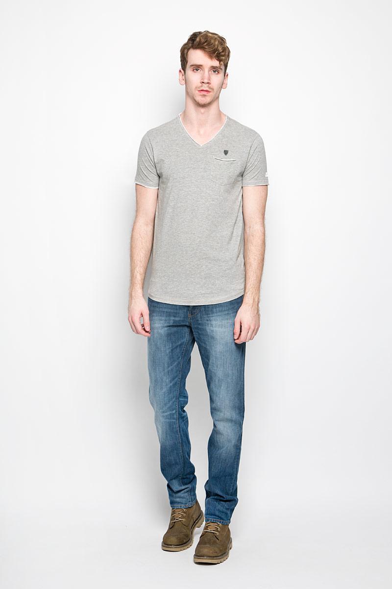 Футболка мужская. TrunkTrunk/OPTWHITEСтильная мужская футболка MeZaGuZ выполнена из хлопка с добавлением вискозы. Материал очень мягкий и приятный на ощупь, обладает высокой воздухопроницаемостью и гигроскопичностью, позволяет коже дышать. Модель прямого кроя с V-образным вырезом горловины и короткими рукавами. Футболка спереди дополнена небольшим накладным карманом и металлической нашивкой с наименованием бренда, а на левом рукаве - термоаппликацией с символикой бренда. В боковых швах небольшие разрезы. Такая модель подарит вам комфорт в течение всего дня и послужит замечательным дополнением к вашему гардеробу.