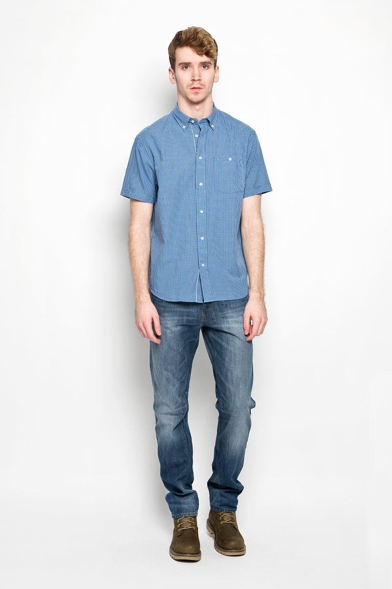 РубашкаW58944M96Мужская рубашка Wrangler Button-Down, выполненная из натурального хлопка, идеально дополнит ваш образ. Материал мягкий и приятный на ощупь, не сковывает движения и позволяет коже дышать. Рубашка классического кроя с короткими рукавами и отложным воротником застегивается на пуговицы по всей длине. Края воротника также застегиваются на пуговицы. На груди модель дополнена накладным карманом. Такая модель будет дарить вам комфорт в течение всего дня и станет стильным дополнением к вашему гардеробу.