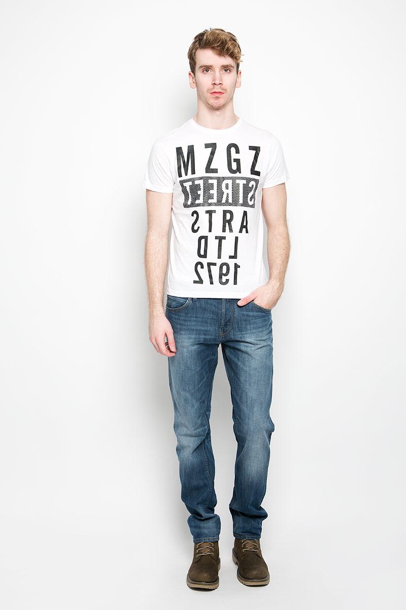 Футболка мужская. TheboyTheboy/OPTWHITEAСтильная мужская футболка MeZaGuZ выполнена из натурального хлопка. Материал очень мягкий и приятный на ощупь, обладает высокой воздухопроницаемостью и гигроскопичностью, позволяет коже дышать. Модель прямого кроя с круглым вырезом горловины и короткими рукавами. Горловина обработана трикотажной резинкой, которая предотвращает деформацию после стирки и во время носки. Футболка дополнена оригинальным принтом в виде надписей на английском языке. Такая модель подарит вам комфорт в течение всего дня и послужит замечательным дополнением к вашему гардеробу.