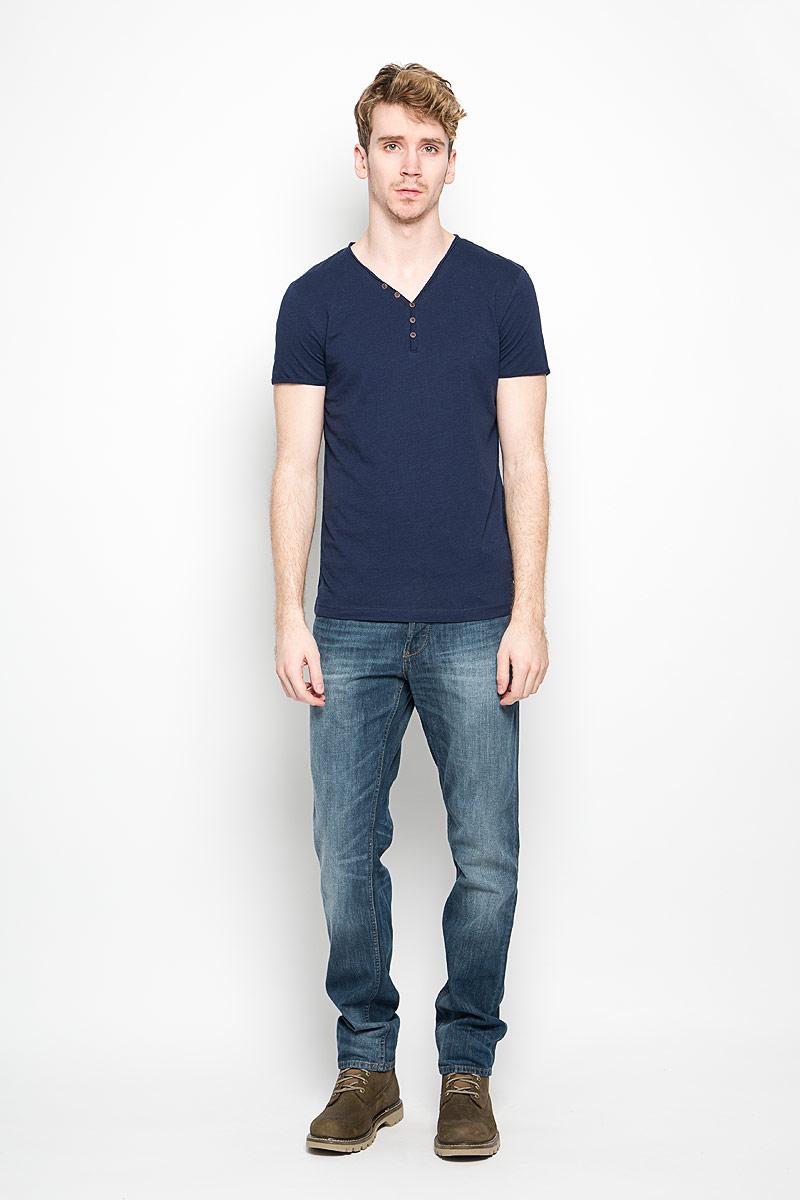 Футболка1034445.62.12_2132Стильная мужская футболка Tom Tailor выполнена из натурального хлопка. Материал очень мягкий и приятный на ощупь, обладает высокой воздухопроницаемостью и гигроскопичностью, позволяет коже дышать. Модель прямого кроя с V-образным вырезом горловины и короткими рукавами и застегивается на три пуговицы. Футболка спереди дополнена нашивкой с наименованием бренда, а сзади вышитым символом бренда. Такая модель подарит вам комфорт в течение всего дня и послужит замечательным дополнением к вашему гардеробу.