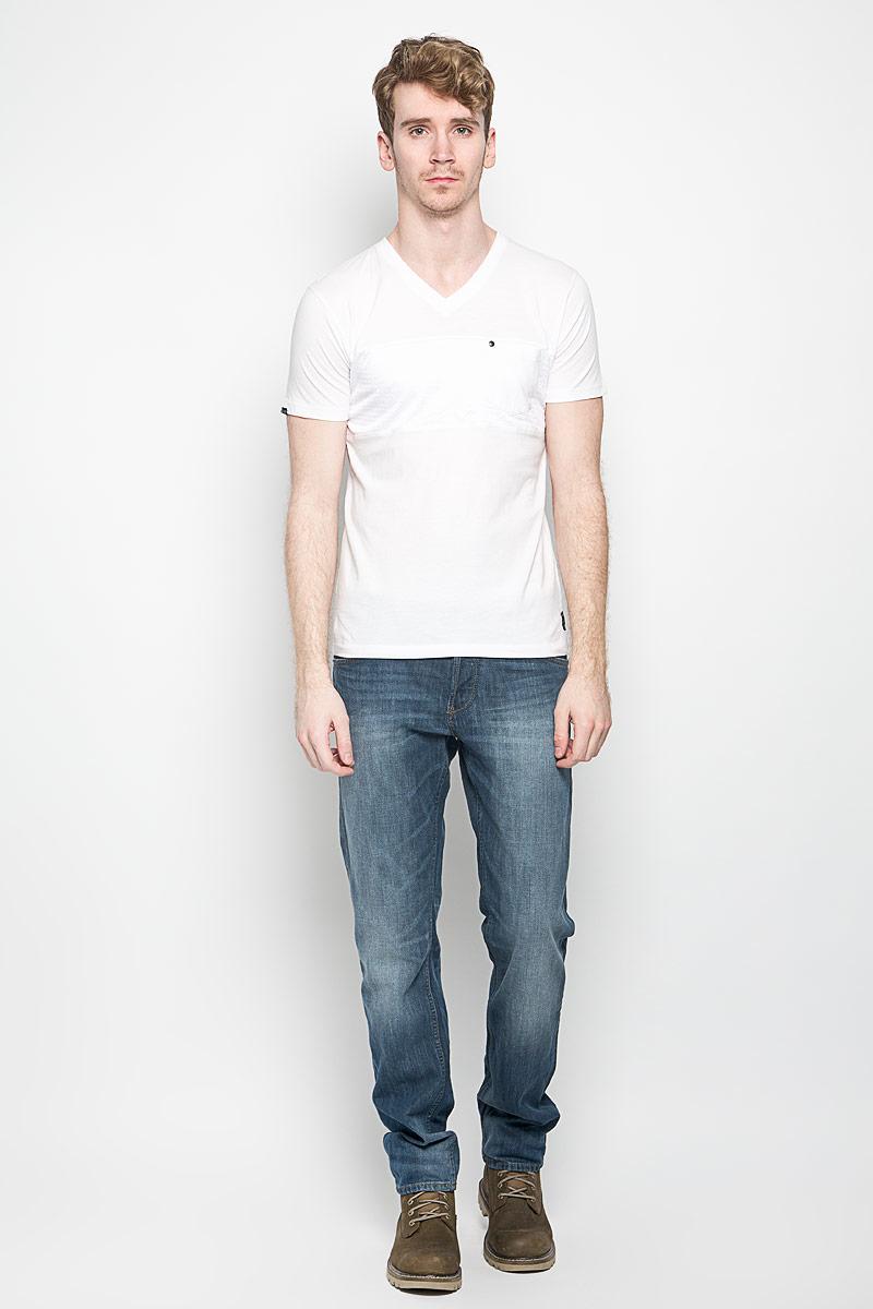 Футболка мужская. TwaddlesTwaddles_Opt WhiteМужская футболка MeZaGuZ, выполненная из натурального хлопка, станет стильным дополнением к вашему гардеробу. Материал изделия мягкий и приятный на ощупь, не сковывает движения и позволяет коже дышать. Вставка на модели изготовлена из полиэстера. Футболка с V-образным вырезом горловины и короткими рукавами дополнена спереди перфорированной вставкой. На груди расположен накладной карман, декорированный металлической клепкой. Изделие украшено текстильными нашивками. Такая модель отлично подойдет для повседневной носки и подарит вам комфорт в течение всего дня!