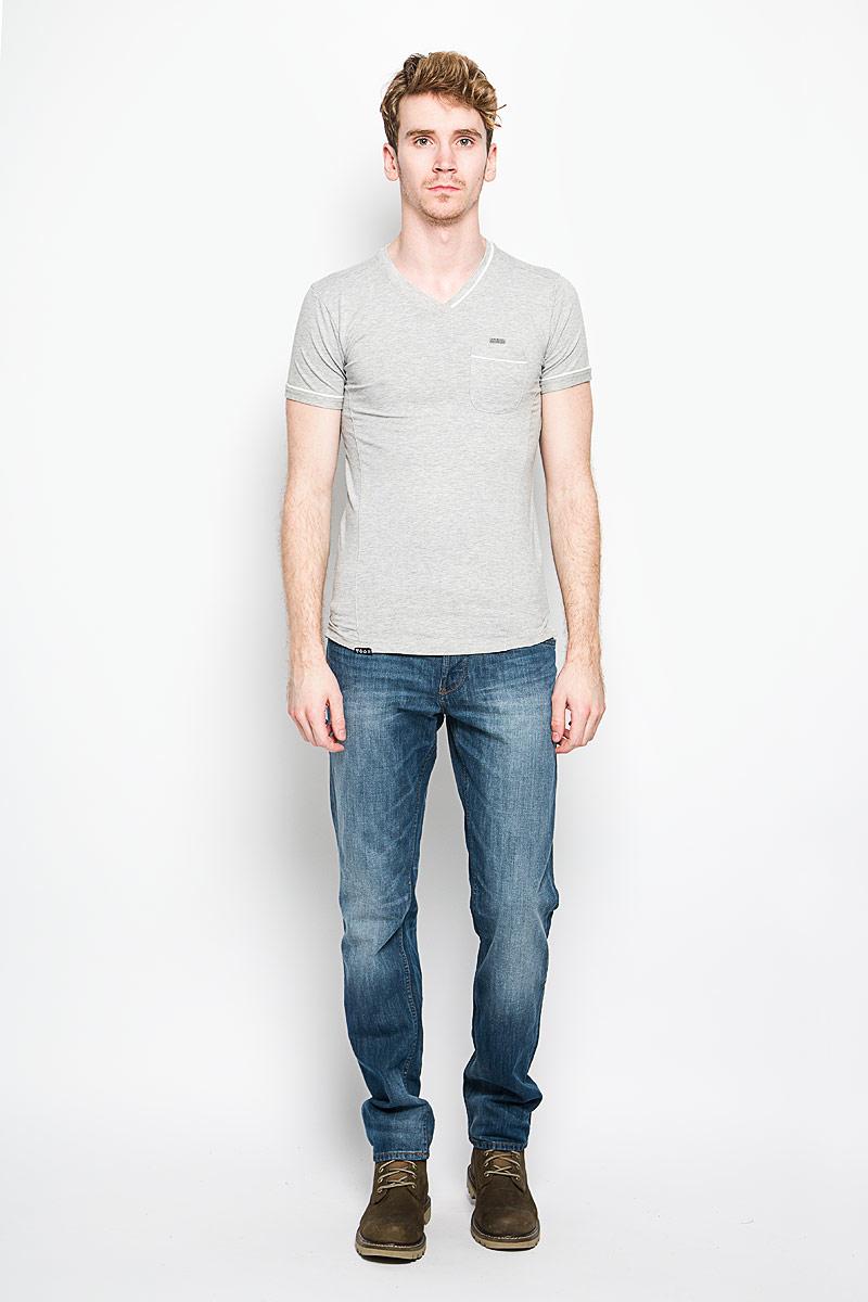 Tonga/OPTWHITEСтильная мужская футболка MeZaGuZ выполнена из хлопка с добавлением эластана. Материал очень мягкий и приятный на ощупь, обладает высокой воздухопроницаемостью и гигроскопичностью, позволяет коже дышать. Модель прямого кроя с круглым вырезом горловины и короткими рукавами. Футболка дополнена небольшим накладным карманом, металлической нашивкой с названием бренда и контрастным кантом на горловине, рукавах и кармане. Такая модель подарит вам комфорт в течение всего дня и послужит замечательным дополнением к вашему гардеробу.