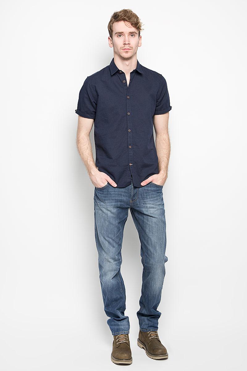 Рубашка2031427.00.10_6298Модная мужская рубашка Tom Tailor, выполненная из хлопка и льна, прекрасно подойдет для повседневной носки. Благодаря своему составу, изделие очень легкое, мягкое и приятное на ощупь, не сковывает движения и позволяет коже дышать. Рубашка с отложным воротником и короткими рукавами застегивается на пуговицы по всей длине. На рукавах предусмотрены отвороты, фиксирующиеся на пуговицы. Изделие украшено небольшой текстильной нашивкой. Такая модель будет дарить вам комфорт в течение всего дня и станет стильным дополнением к вашему гардеробу.