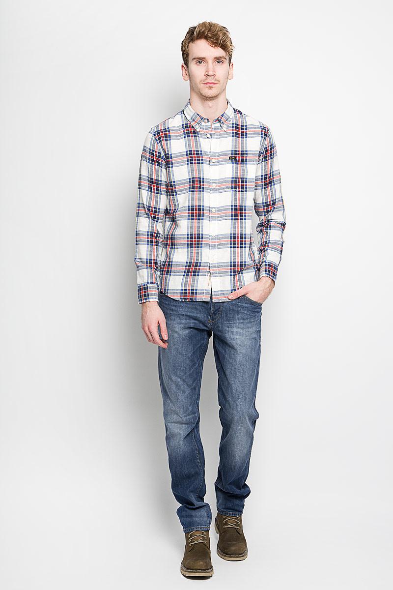 L880ZJHAМужская рубашка Lee, выполненная из натурального хлопка, идеально дополнит ваш образ. Материал мягкий и приятный на ощупь, не сковывает движения и позволяет коже дышать. Рубашка классического кроя с длинными рукавами и отложным воротником застегивается на пуговицы по всей длине. Края воротника и манжеты на рукавах также застегиваются на пуговицы. На груди модель дополнена накладным карманом. Такая модель будет дарить вам комфорт в течение всего дня и станет стильным дополнением к вашему гардеробу.