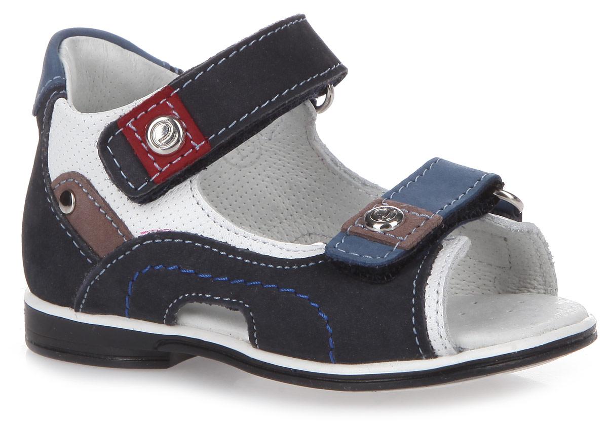 801531601Модные сандалии от Elegami понравятся вам и вашему мальчику. Сандалии изготовлены из натурального нубука и натуральной кожи, оформленной декоративным тиснением. Внутренняя поверхность и стелька из натуральной кожи комфортны при ходьбе. Стелька дополнена супинатором, который обеспечивает правильное положение ноги ребенка при ходьбе и предотвращает плоскостопие. Перфорация на стельке позволяет ногам дышать. Ремешки с застежками-липучками прочно зафиксируют ножку ребенка. Подошва с рифлением гарантирует идеальное сцепление с любой поверхностью. Такие сандалии подойдут для прогулок в жаркую погоду!