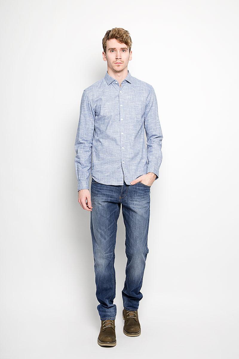2031622.00.12_6814Стильная мужская рубашка Tom Tailor Denim, выполненная на 100% хлопка, обладает высокой теплопроводностью, воздухопроницаемостью и гигроскопичностью, позволяет коже дышать, тем самым обеспечивая наибольший комфорт при носке. Модель классического кроя с отложным воротником застегивается на пуговицы. Длинные рукава рубашки дополнены манжетами на пуговицах. Рубашка по всей поверхности оформлена оригинальным принтом. Такая рубашка подчеркнет ваш вкус и поможет создать великолепный стильный образ.