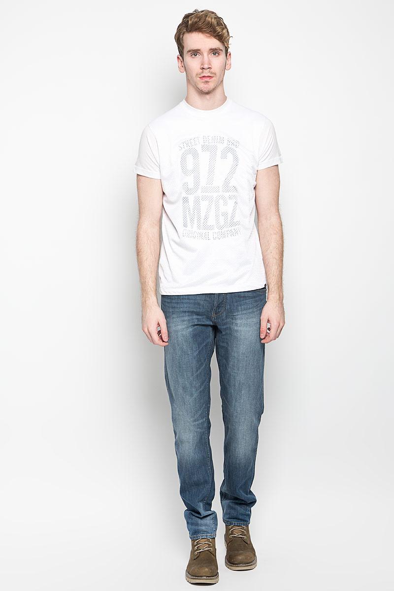 ФутболкаTerror_Optical WhiteМужская футболка MeZaGuZ, выполненная из хлопка и полиэстера, станет стильным дополнением к вашему гардеробу. Материал изделия мягкий и приятный на ощупь, не сковывает движения и позволяет коже дышать. Футболка с круглым вырезом горловины и короткими рукавами дополнена спереди перфорированной вставкой. Вырез горловины оформлен трикотажной резинкой. Изделие украшено принтовой надписью спереди, сзади дополнено изображением контрастной полосы. Такая модель подарит вам комфорт в течение всего дня!
