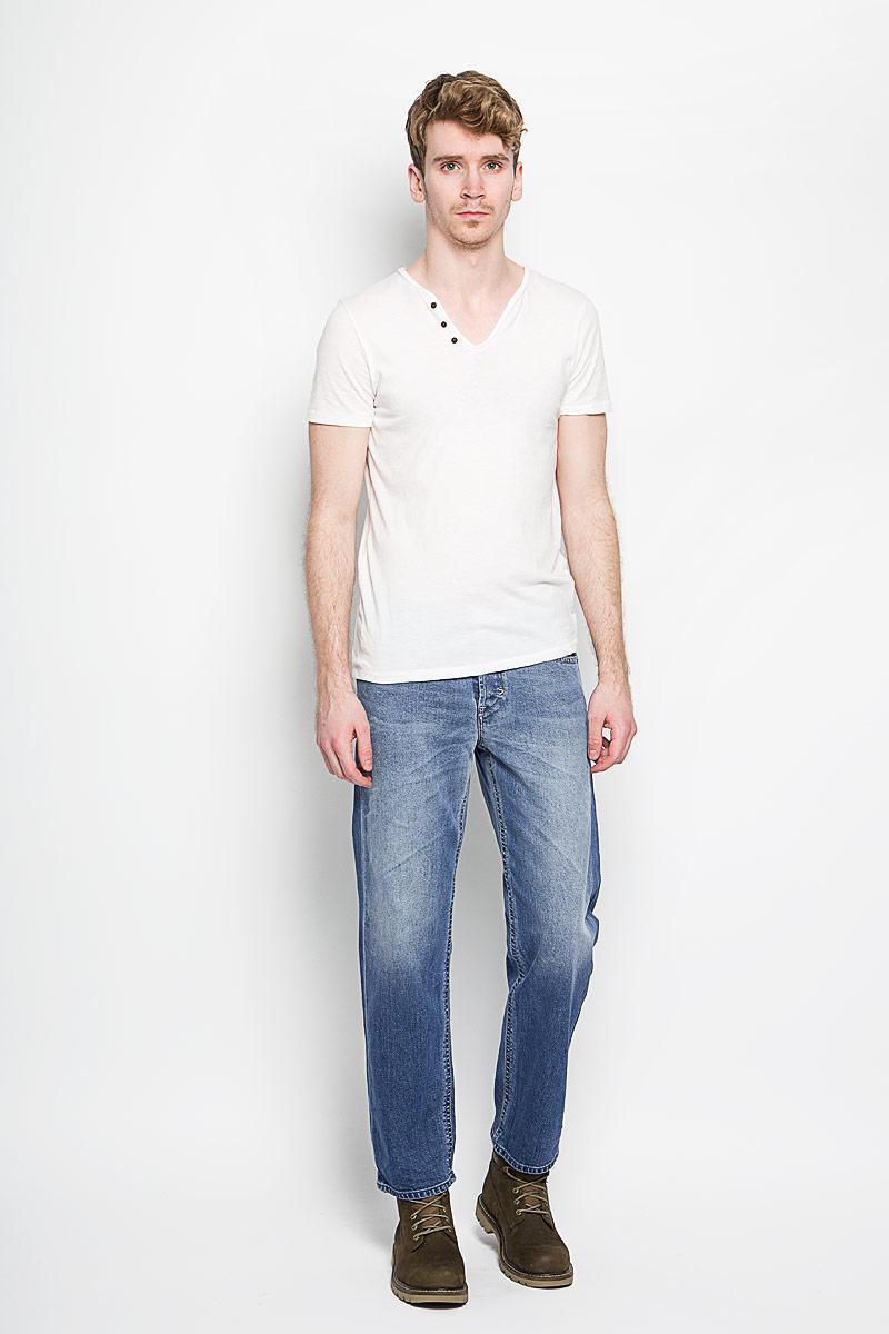 Джинсы мужские Khiro. 00SPF3-0852E00SPF3-0852EСтильные мужские джинсы Diesel Khiro - джинсы высочайшего качества, которые прекрасно сидят. Модель слегка зауженного кроя и средней посадки изготовлена из натурального хлопка с добавлением эластана и лиоцелла, не сковывает движения и дарит комфорт. Джинсы на талии застегиваются на металлическую пуговицу, а также имеют ширинку на пуговицах и шлевки для ремня. Спереди модель дополнена двумя втачными карманами и одним накладным маленьким кармашком, а сзади - двумя большими накладными карманами. Изделие оформлено эффектом потертости. Эти модные и в тоже время удобные джинсы помогут вам создать оригинальный современный образ. В них вы всегда будете чувствовать себя уверенно и комфортно.