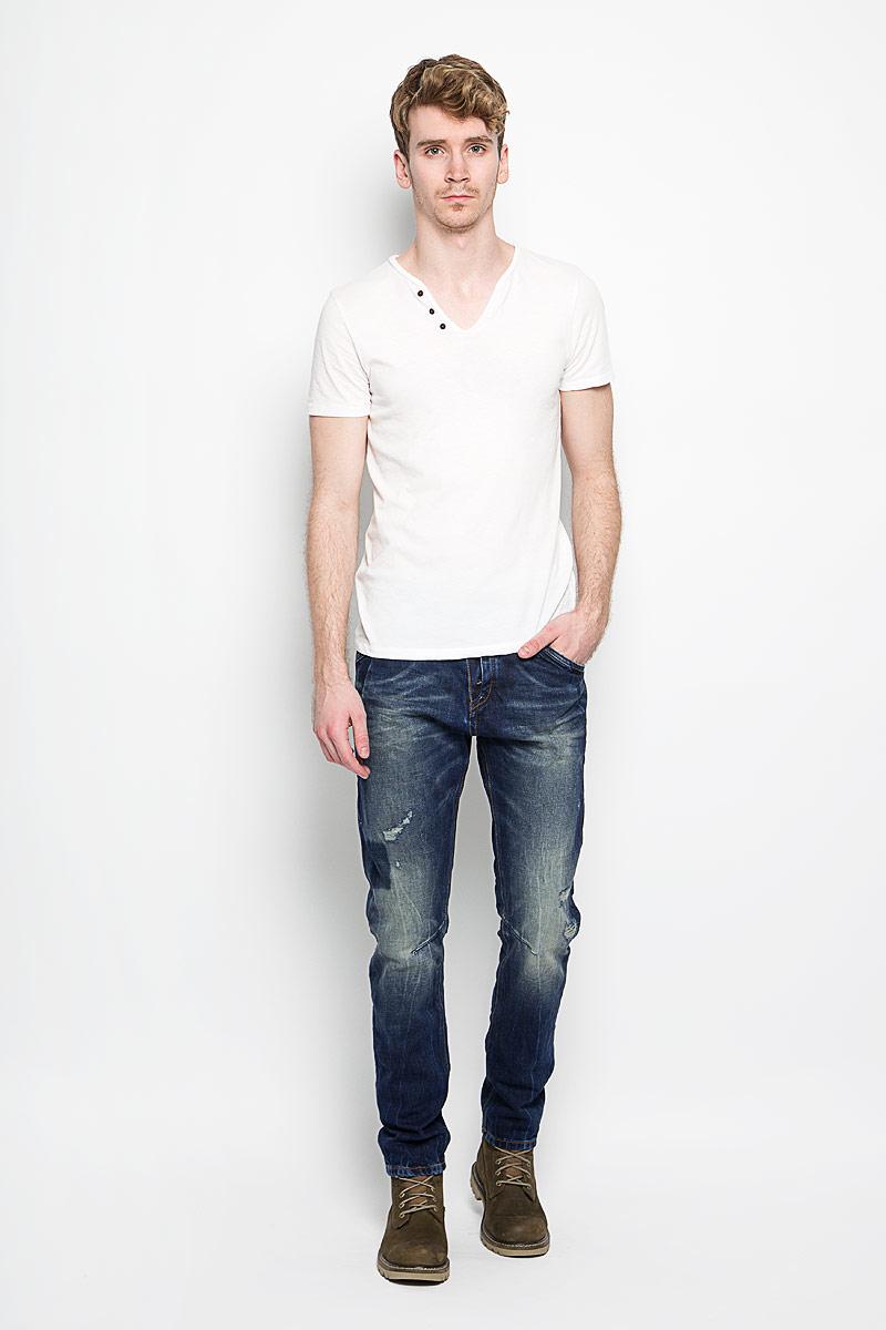 Джинсы мужские Conroy. 6204160.00.126204160.00.12_1074Стильные мужские джинсы Tom Tailor Conroy - джинсы высочайшего качества на каждый день, которые прекрасно сидят. Модель слегка зауженного к низу кроя и средней посадки изготовлена из высококачественного хлопка. Застегиваются джинсы на пуговицу в поясе и ширинку на пуговицы, имеются шлевки для ремня. Спереди модель дополнена двумя втачными карманами и одним небольшим секретным кармашком, а сзади - двумя накладными карманами. Изделие оформлено потертостями и рваным эффектом. Эти модные и в тоже время комфортные джинсы послужат отличным дополнением к вашему гардеробу. В них вы всегда будете чувствовать себя уютно и комфортно.