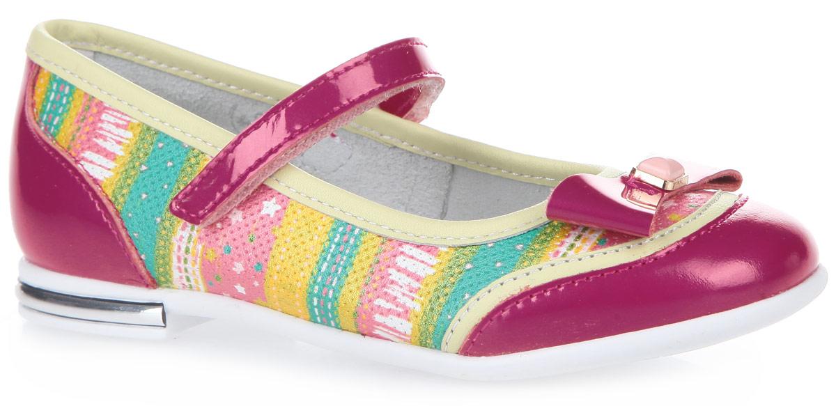 6-612791601Прелестные туфли от Elegami покорят вашу девочку с первого взгляда. Туфли, изготовленные из натуральной кожи, оформлены оригинальным принтом и декоративным тиснением. Мыс туфель украшен бантиком с декоративным элементом. Внутренняя поверхность и стелька из натуральной кожи комфортны при ходьбе. Стелька дополнена супинатором, который обеспечивает правильное положение ноги ребенка при ходьбе и предотвращает плоскостопие. Перфорация на стельке позволяет ногам дышать. Ремешок с застежкой-липучкой прочно зафиксирует модель на ноге. Каблук оформлен пластиковой вставкой. Гибкая подошва с рифлением гарантирует идеальное сцепление с любой поверхностью. Удобные туфли - незаменимая вещь в гардеробе каждой девочки.