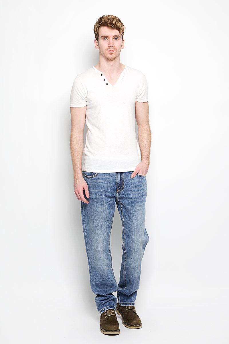 Джинсы мужские Richard. M10070-0101M10070-0101/WN13Стильные мужские джинсы Lee Cooper Richard - джинсы высочайшего качества, которые прекрасно сидят. Модель слегка зауженного к низу кроя и средней посадки изготовлена bp натурального хлопка, не сковывает движения и дарит комфорт. Джинсы на талии застегиваются на металлическую пуговицу, а также имеют ширинку на застежке-молнии и шлевки для ремня. Спереди модель дополнена двумя втачными карманами и одним накладным небольшим кармашком, а сзади - двумя большими накладными карманами. Изделие оформлено небольшим эффектом потертости. Эти модные и в тоже время удобные джинсы помогут вам создать оригинальный современный образ. В них вы всегда будете чувствовать себя уверенно и комфортно.