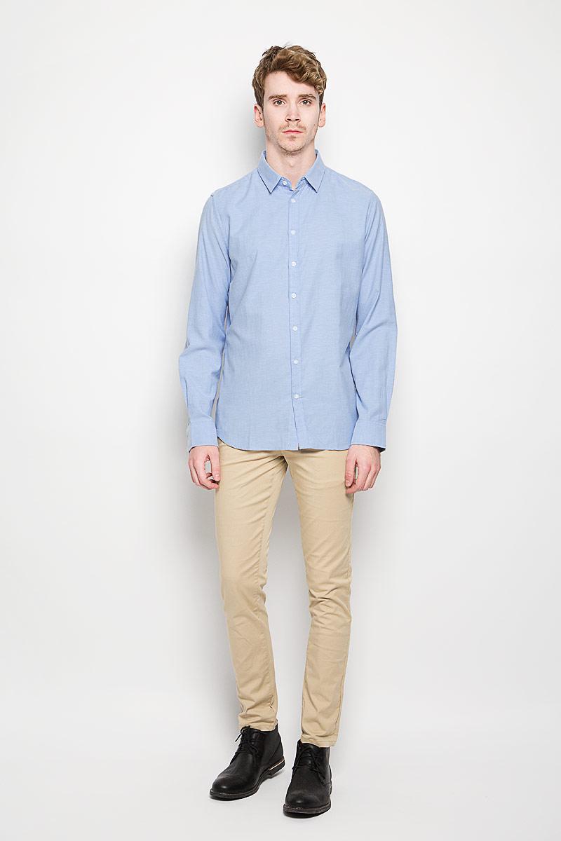 H-212/663-6162Стильная мужская рубашка Sela, выполненная на 65% из хлопка и на 35% из полиэстера, обладает высокой теплопроводностью, воздухопроницаемостью и гигроскопичностью, позволяет коже дышать, тем самым обеспечивая наибольший комфорт при носке. Модель классического кроя с отложным воротником застегивается на пуговицы. Длинные рукава рубашки дополнены манжетами на пуговицах. Такая рубашка подчеркнет ваш вкус и поможет создать великолепный стильный образ.