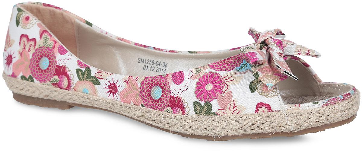 SM1258_04-38_ROSEСтильные туфли с открытым мыском от Spur придутся вам по душе. Модель выполнена из плотного текстиля, оформленного яркими цветочными изображениями. Мыс обуви декорирован бантом-бабочкой, верхняя часть подошвы по контуру - плетеной джутовой нитью. Подкладка, изготовленная из искусственной кожи и текстиля, гарантирует уют и предотвращает натирание. Текстильная стелька обеспечит комфорт. Невысокий широкий каблук и подошва оснащены рифлением для лучшего сцепления с поверхностями. Стильные туфли внесут яркие нотки в ваш модный образ!