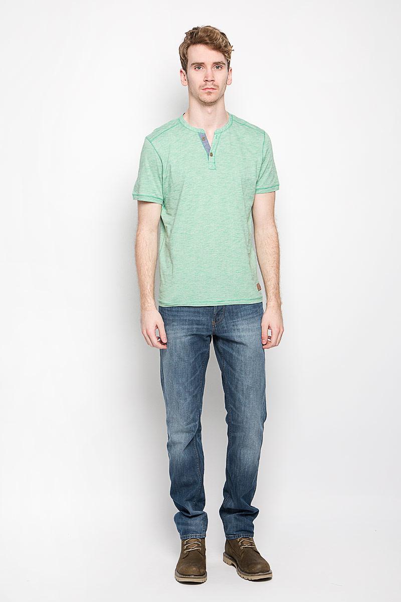 Футболка1033933.00.10_2706Стильная мужская футболка Tom Tailor выполнена из натурального хлопка. Материал очень мягкий и приятный на ощупь, обладает высокой воздухопроницаемостью и гигроскопичностью, позволяет коже дышать. Модель прямого кроя с круглым вырезом горловины и короткими рукавами. Вырез горловины оформлен имитацией застежки на пуговицы и небольшим разрезом. Футболка дополнена небольшой нашивкой с названием бренда. Такая модель подарит вам комфорт в течение всего дня и послужит замечательным дополнением к вашему гардеробу.