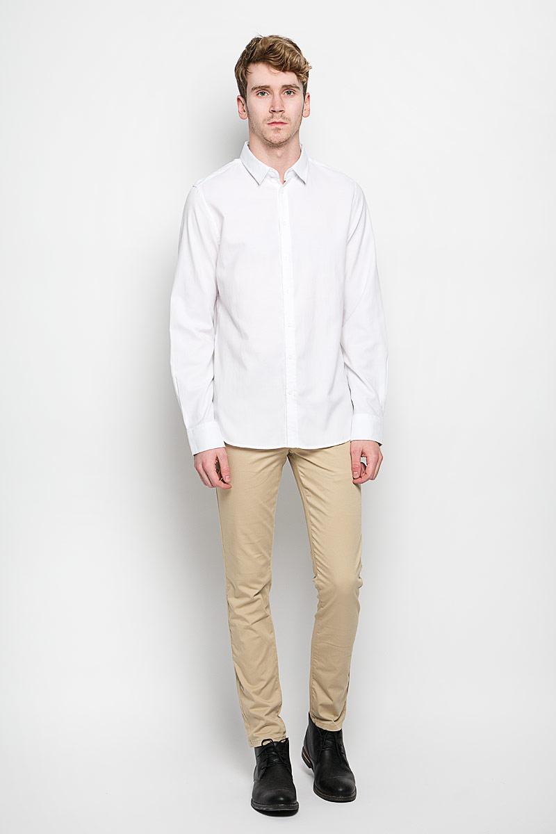 РубашкаH-212/663-6162Стильная мужская рубашка Sela, выполненная на 65% из хлопка и на 35% из полиэстера, обладает высокой теплопроводностью, воздухопроницаемостью и гигроскопичностью, позволяет коже дышать, тем самым обеспечивая наибольший комфорт при носке. Модель классического кроя с отложным воротником застегивается на пуговицы. Длинные рукава рубашки дополнены манжетами на пуговицах. Такая рубашка подчеркнет ваш вкус и поможет создать великолепный стильный образ.