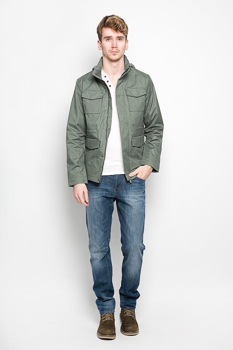 3532542.00.15_7677Стильная мужская куртка Tom Tailor подчеркнет вашу индивидуальность. Куртка изготовлена из высококачественной ткани. Модель с воротником-стойкой застегивается на застежку-молнию и имеет ветрозащитный клапан на кнопках. На воротнике предусмотрен потайной карман на молнии, внутрь которого убирается капюшон. Куртка дополнена двумя нагрудными накладными карманами с клапанами на кнопках, двумя врезными карманами на клапанах с кнопкамии одним потайным карманом на застежке-молнии. С внутренней стороны на талии предусмотрена регулируемая кулиска. Рукава регулируются по ширине с помощью хлястика на липучке. В такой куртке вам будет тепло и комфортно, а стильный дизайн и великолепное качество подчеркнут ваш вкус и статус.