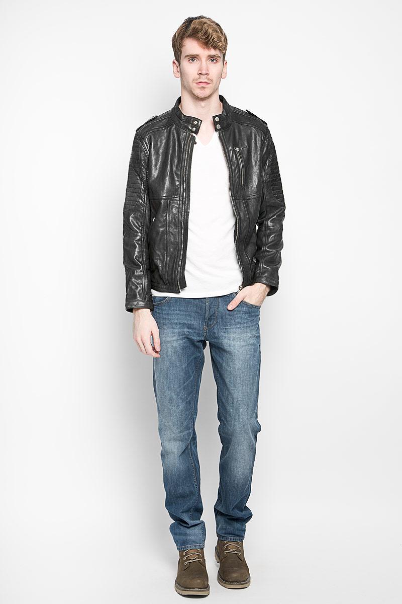 Куртка3722058.01.12_2999Стильная мужская куртка Tom Tailor Denim выполнена из натуральной овечьей кожи с подкладкой из полиэстера и рассчитана на прохладную погоду. Куртка поможет вам почувствовать себя максимально комфортно и стильно. Модель с длинными рукавами и воротником-стойкой застегивается на металлическую застежку-молнию. Горловина дополнительно фиксируются при помощи кнопок. Куртка дополнена тремя втачными карманами на молниях и потайным кармашком на кнопке, который расположен с внутренней стороны изделия. Модный дизайн и практичность - отличный выбор на каждый день!