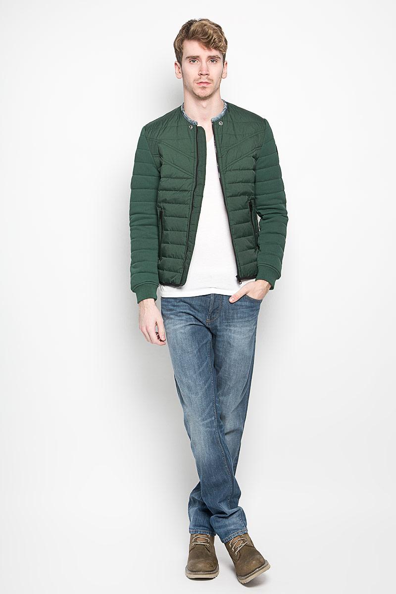 Куртка00SMQA-0LAJUСтильная мужская куртка Diesel выполнена из нейлона. Рукава выполнены из натурального хлопка. Подкладка выполнена из полиэстера. Такая модель рассчитана на прохладную погоду. Куртка поможет вам почувствовать себя максимально комфортно и стильно. Модель с длинными рукавами и круглым вырезом горловины застегивается на пластиковую застежку-молнию. Вырез горловины оформлен контрастным кантом. Куртка дополнена двумя прорезными карманами на кнопке и потайным кармашком на застежке-молнии, который расположен с внутренней стороны изделия. Модный дизайн и практичность - отличный выбор на каждый день!