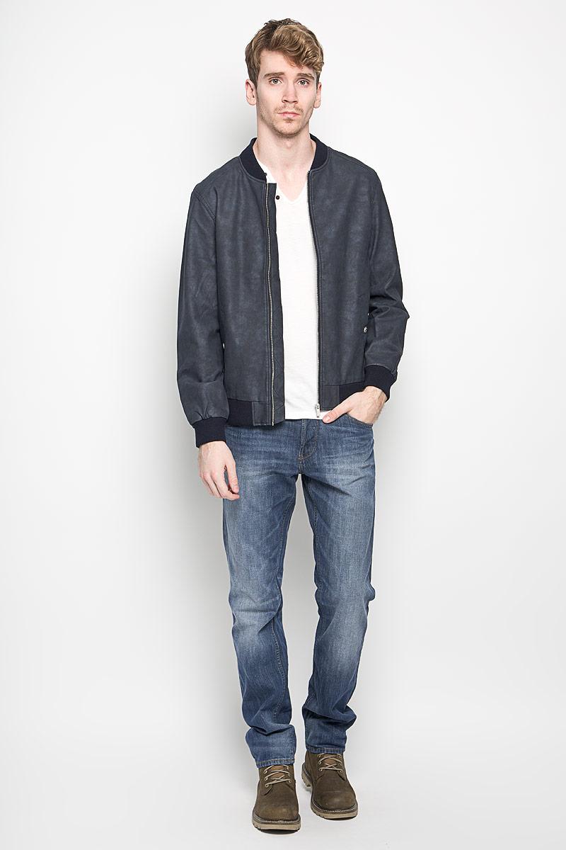 Куртка3722125.00.12_6576Стильная мужская куртка Tom Tailor Denim выполнена из вискозы с добавлением полиэстера на подкладки из полиэстера и рассчитана на прохладную погоду. Куртка поможет вам почувствовать себя максимально комфортно и стильно. Модель с длинными рукавами и воротником-стойкой застегивается на металлическую застежку-молнию. Воротник выполнен из трикотажной резинки. Низ рукавов и низ модели обработаны широкой эластичной манжетой. Куртка дополнена двумя прорезными карманами на кнопке и потайным кармашком на кнопке, который расположен с внутренней стороны изделия. Модный дизайн и практичность - отличный выбор на каждый день!
