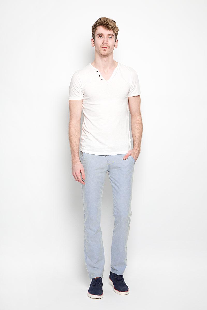 БрюкиB796017Мужские брюки Baon станут стильным дополнением к вашему гардеробу. Изготовленные из натурального хлопка, они мягкие и приятные на ощупь, не сковывают движения и позволяют коже дышать. Брюки прямого кроя на поясе застегиваются на пластиковую пуговицу и имеют ширинку на застежке-молнии, а также шлевки для ремня. На поясе модель дополнена декоративным текстильным шнурком. Спереди расположены два втачных кармана и один маленький прорезной, а сзади - два прорезных кармана с клапанами на пуговицах. Современный дизайн и расцветка делают эти брюки модным предметом мужской одежды. Такая модель подарит вам комфорт в течение всего дня.