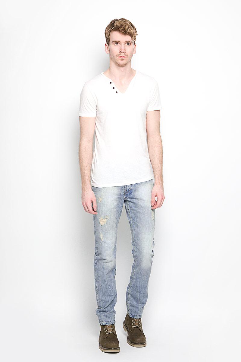 Джинсы мужские. WookieWookie/STONEСтильные мужские джинсы MeZaGuZ- джинсы высочайшего качества, которые прекрасно сидят. Модель слегка зауженного к низу кроя и средней посадки изготовлена натурального хлопка, не сковывает движения и дарит комфорт. Джинсы на талии застегиваются на металлическую пуговицу, а также имеют ширинку на металлических пуговицах и шлевки для ремня. Спереди модель дополнена двумя втачными карманами и одним накладным небольшим кармашком, а сзади - двумя большими накладными карманами. Изделие оформлено потертостями и рваным эффектом. Эти модные и в тоже время удобные джинсы помогут вам создать оригинальный современный образ. В них вы всегда будете чувствовать себя уверенно и комфортно.