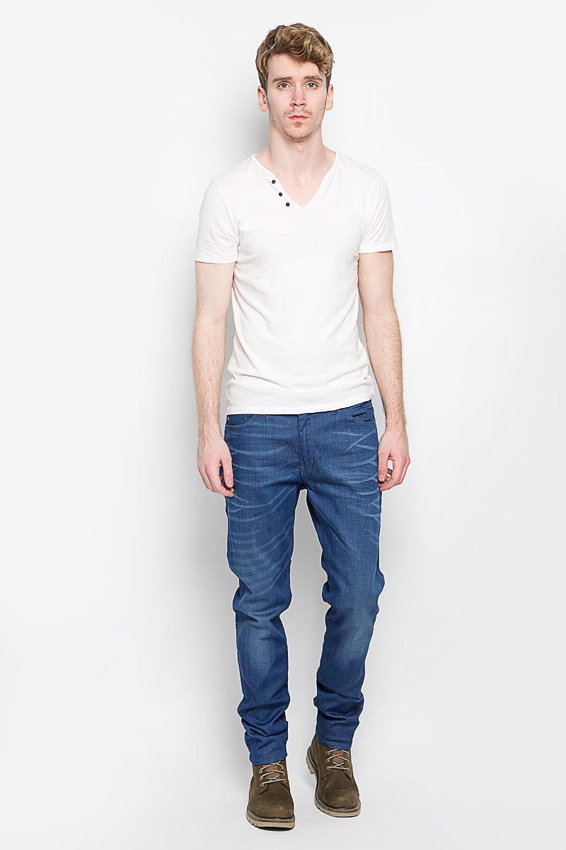 Джинсы мужские. 914812108914812108Стильные мужские джинсы Marc O`Polo - джинсы высочайшего качества, которые прекрасно сидят. Модель слегка зауженного к низу кроя и средней посадки изготовлена хлопка с добавлением полиэстера и эластана, не сковывает движения и дарит комфорт. Джинсы на талии застегиваются на металлическую пуговицу, а также имеют ширинку на застежке-молнии и шлевки для ремня. Спереди модель дополнена двумя втачными карманами и одним накладным небольшим кармашком, а сзади - двумя большими накладными карманами. Изделие оформлено эффектом потертости. Эти модные и в тоже время удобные джинсы помогут вам создать оригинальный современный образ. В них вы всегда будете чувствовать себя уверенно и комфортно.