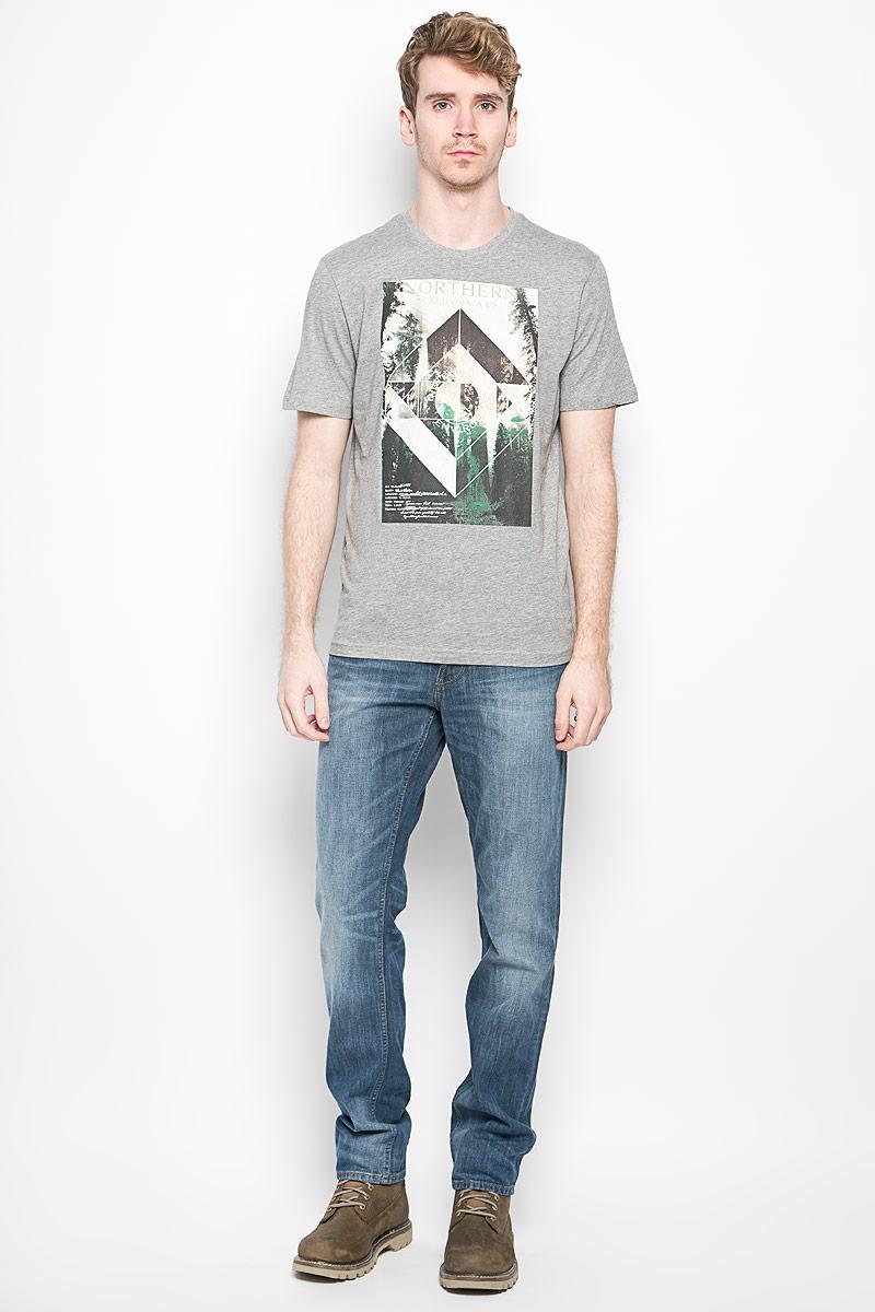 Футболка1033928.00.10_2649Стильная мужская футболка Tom Tailor выполнена из хлопка с добавлением вискозы. Материал очень мягкий и приятный на ощупь, обладает высокой воздухопроницаемостью и гигроскопичностью, позволяет коже дышать. Модель прямого кроя с круглым вырезом горловины и короткими рукавами. Горловина обработана трикотажной резинкой, которая предотвращает деформацию после стирки и во время носки. Футболка дополнена оригинальным рисунком и надписями на английском языке. Такая модель подарит вам комфорт в течение всего дня и послужит замечательным дополнением к вашему гардеробу.
