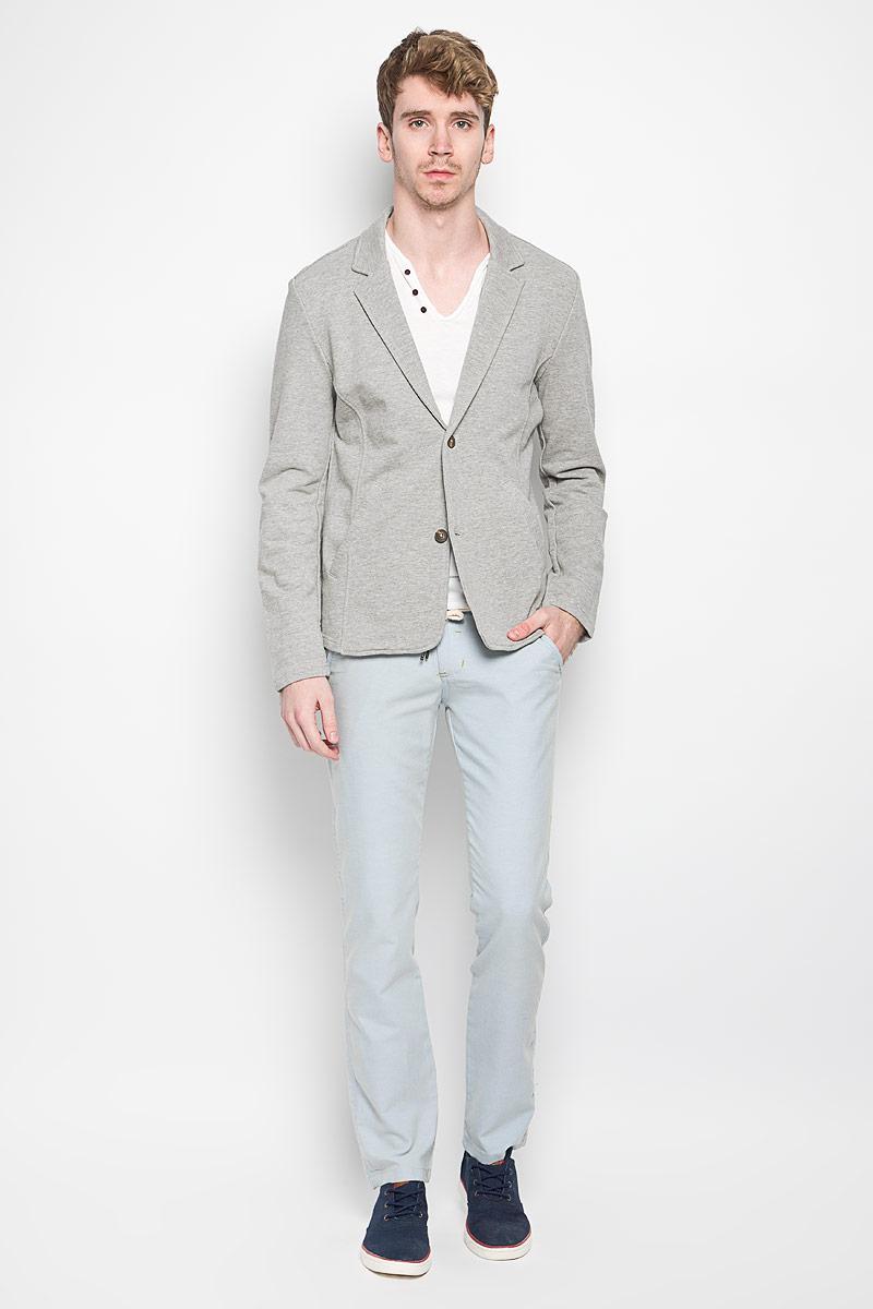 Пиджак мужской Denim. 2530012.00.122530012.00.12_2607Мужской пиджак Tom Tailor Denim изготовлен из хлопка с добавлением вискозы, благодаря чему он приятен на ощупь и обеспечит вам комфорт и удобство при носке. Пиджак с воротником с лацканами и длинными рукавами застегивается на пуговицы. Модель дополнена двумя прорезными карманами. Спереди пиджак дополнен небольшой нашивкой с названием бренда, а сзади вышитым логотипом бренда. Этот модный и в тоже время комфортный пиджак отличный вариант как для офиса, так и для повседневной носки. Он станет великолепным дополнением к вашему гардеробу, а благодаря классическому фасону, такой пиджак будет прекрасно сочетаться с любыми нарядами.