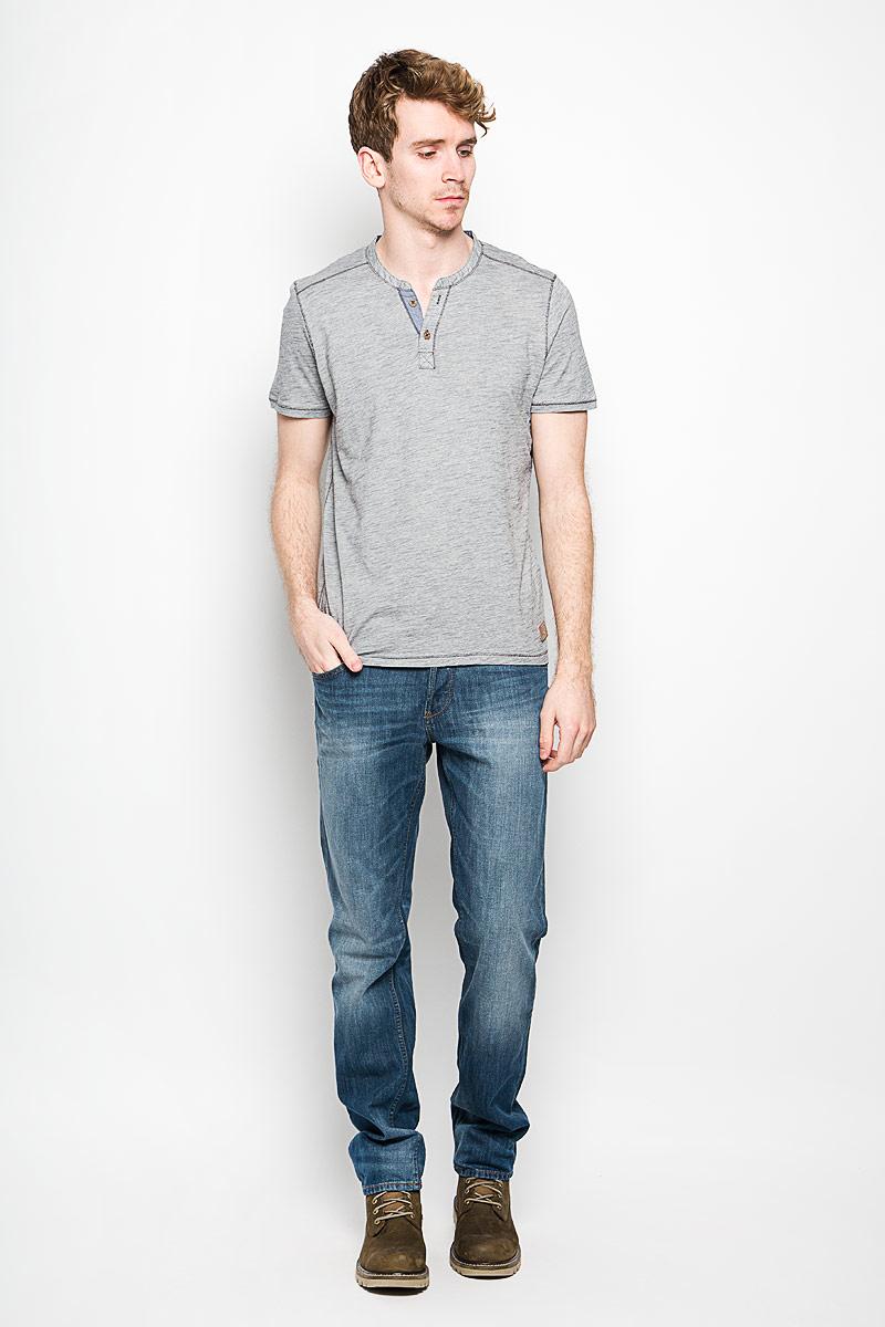 1033933.00.10_2706Стильная мужская футболка Tom Tailor выполнена из натурального хлопка. Материал очень мягкий и приятный на ощупь, обладает высокой воздухопроницаемостью и гигроскопичностью, позволяет коже дышать. Модель прямого кроя с круглым вырезом горловины и короткими рукавами. Вырез горловины оформлен имитацией застежки на пуговицы и небольшим разрезом. Футболка дополнена небольшой нашивкой с названием бренда. Такая модель подарит вам комфорт в течение всего дня и послужит замечательным дополнением к вашему гардеробу.