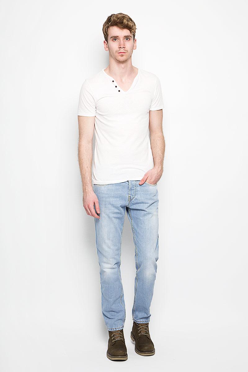 Джинсы мужские. 151291151291_9597Стильные мужские джинсы F5- джинсы высочайшего качества, которые прекрасно сидят. Модель слегка зауженного к низу кроя и средней посадки изготовлена натурального хлопка, не сковывает движения и дарит комфорт. Джинсы на талии застегиваются на металлическую пуговицу, а также имеют ширинку на металлических пуговицах и шлевки для ремня. Спереди модель дополнена двумя втачными карманами и одним накладным небольшим кармашком, а сзади - двумя большими накладными карманами. Изделие оформлено небольшим эффектом потертости. Эти модные и в тоже время удобные джинсы помогут вам создать оригинальный современный образ. В них вы всегда будете чувствовать себя уверенно и комфортно.
