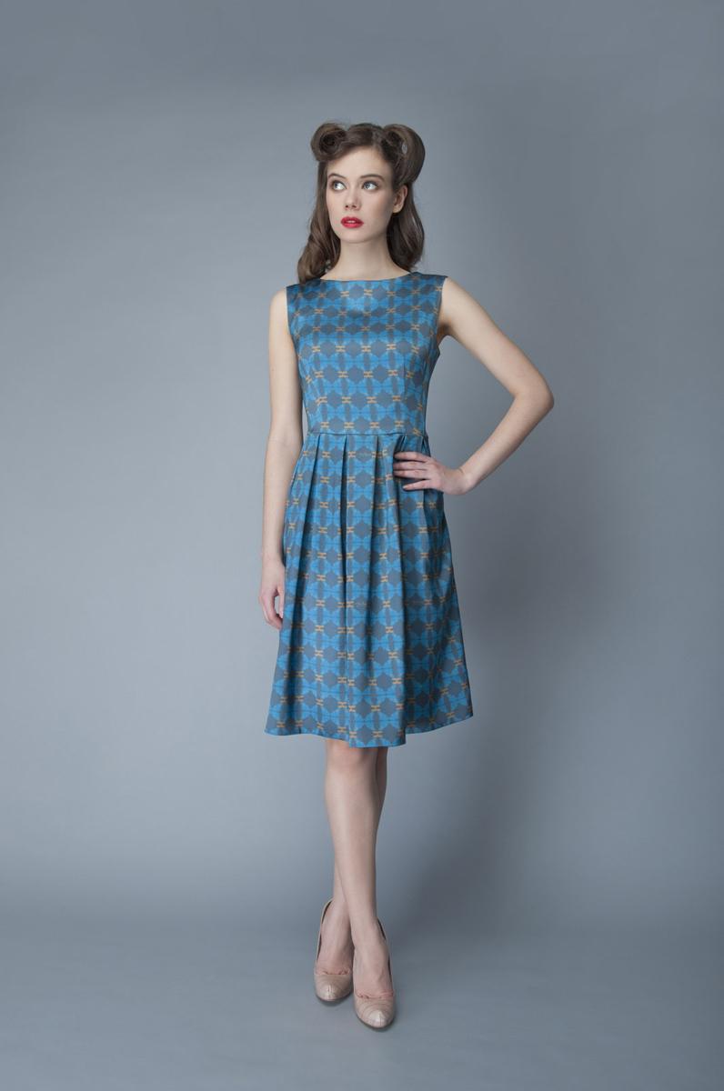 ПлатьеP01A4-11Элегантное платье Анна Чапман выполнено из высококачественного эластичного эко шелка. Такое платье обеспечит вам комфорт и удобство при носке и непременно вызовет восхищение у окружающих. Приталенная модель без рукавов, с круглым вырезом горловины выгодно подчеркнет все достоинства вашей фигуры. Платье-миди застегивается на застежку-молнию на спинке, юбка дополнена декоративными встречными складками. Спереди платье дополнено двумя втачными карманами. Модель оформлена красочным принтом с абстрактными узорами. Изысканное платье-миди создаст обворожительный и неповторимый образ. Это модное и удобное платье станет превосходным дополнением к вашему гардеробу, оно подарит вам удобство и поможет подчеркнуть свой вкус и неповторимый стиль.