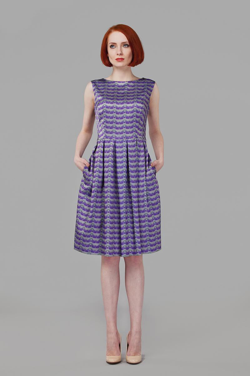 ПлатьеP01A4-12Элегантное платье Анна Чапман выполнено из высококачественного эластичного эко шелка. Такое платье обеспечит вам комфорт и удобство при носке и непременно вызовет восхищение у окружающих. Приталенная модель без рукавов, с круглым вырезом горловины выгодно подчеркнет все достоинства вашей фигуры. Платье-миди застегивается на застежку-молнию на спинке, юбка дополнена декоративными встречными складками. Спереди платье дополнено двумя втачными карманами. Модель оформлена красочным принтом Царевна-лягушка с изображением лягушек на фоне кувшинок. Изысканное платье-миди создаст обворожительный и неповторимый образ. Это модное и удобное платье станет превосходным дополнением к вашему гардеробу, оно подарит вам удобство и поможет подчеркнуть свой вкус и неповторимый стиль.