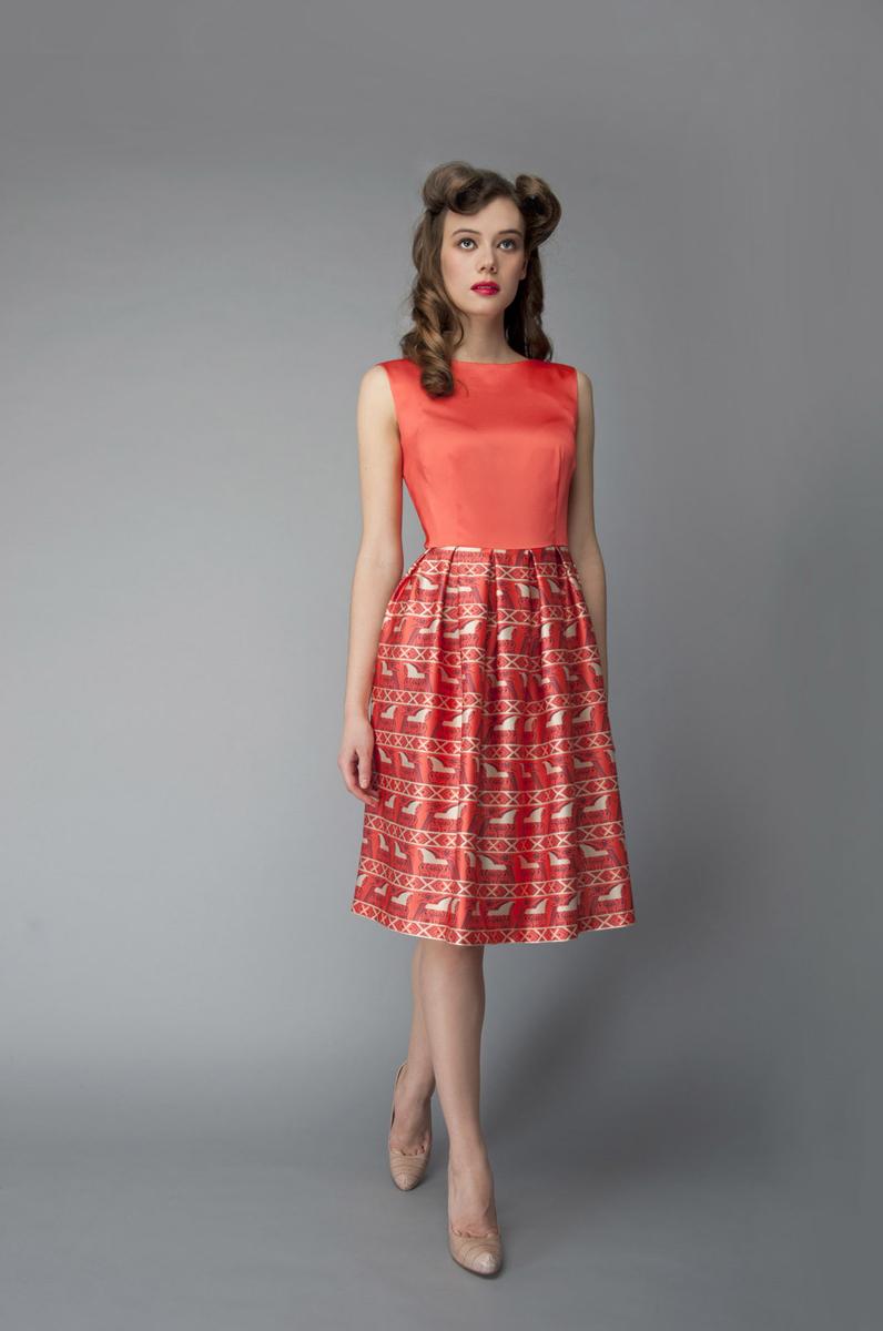 ПлатьеP01A4-19Элегантное платье Анна Чапман выполнено из высококачественного эластичного эко шелка. Такое платье обеспечит вам комфорт и удобство при носке и непременно вызовет восхищение у окружающих. Приталенная модель без рукавов, с круглым вырезом горловины выгодно подчеркнет все достоинства вашей фигуры. Платье-миди застегивается на застежку-молнию на спинке, юбка дополнена декоративными встречными складками. Спереди платье дополнено двумя втачными карманами. Модель оформлена красочным принтом Кони, стилизованным под традиционную древнерусскую роспись. Изысканное платье-миди создаст обворожительный и неповторимый образ. Это модное и удобное платье станет превосходным дополнением к вашему гардеробу, оно подарит вам удобство и поможет подчеркнуть свой вкус и неповторимый стиль.