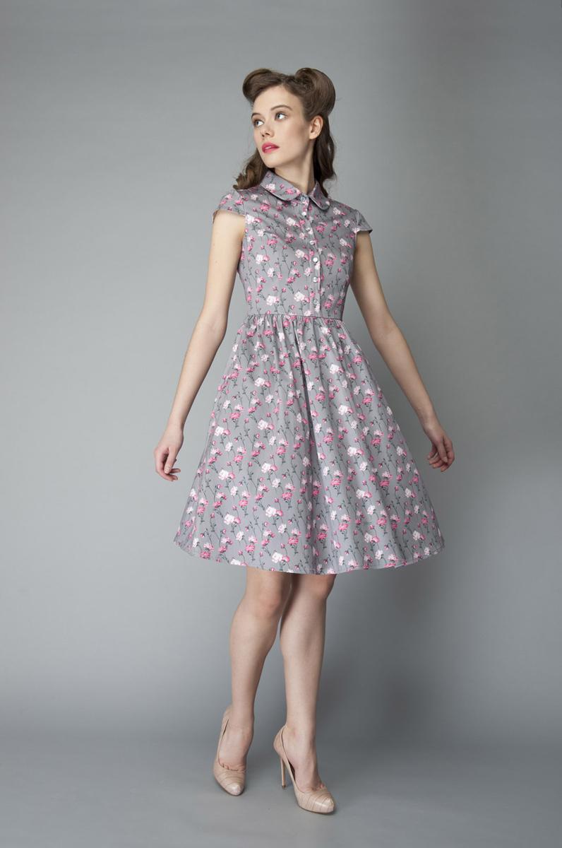 P40K4-22Изящное платье Анна Чапман, выполненное из эластичного хлопка, идеально сидит благодаря правильным выточкам. Платье-миди приталенного кроя с округлым отложным воротником и короткими рукавами подойдет как для вечернего выхода, так и на каждый день. Изделие застёгивается спереди на оригинальные пуговицы до талии, а также на потайную застежку-молнию сбоку. Юбка дополнена складками, что придает силуэту еще более утонченный вид и подчеркивает талию. Предусмотрены втачные карманы по бокам. Модель украшена красочным цветочным принтом. Платье Анна Чапман станет стильным дополнением к вашему базовому гардеробу. В таком наряде вы, безусловно, привлечете восхищенные взгляды окружающих.