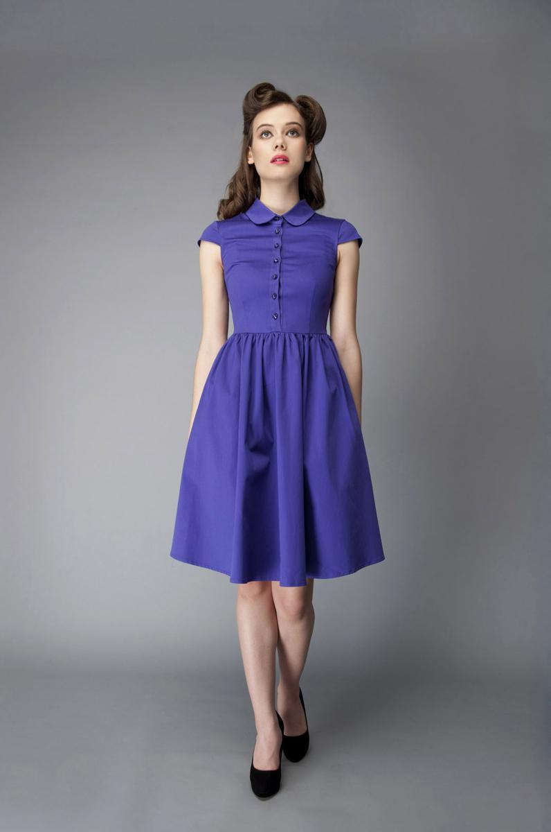 Платье. P40K4P40K4-LИзящное платье Анна Чапман, выполненное из эластичного хлопка, идеально сидит благодаря правильным выточкам. Платье-миди приталенного кроя с округлым отложным воротником и короткими рукавами подойдет как для вечернего выхода, так и на каждый день. Изделие застёгивается спереди на оригинальные пуговицы до талии, а также на потайную застежку-молнию сбоку. Юбка дополнена складками, что придает силуэту еще более утонченный вид и подчеркивает талию. Предусмотрены врезные карманы по бокам. Платье Анна Чапман станет стильным дополнением к вашему базовому гардеробу. В таком наряде вы, безусловно, привлечете восхищенные взгляды окружающих.