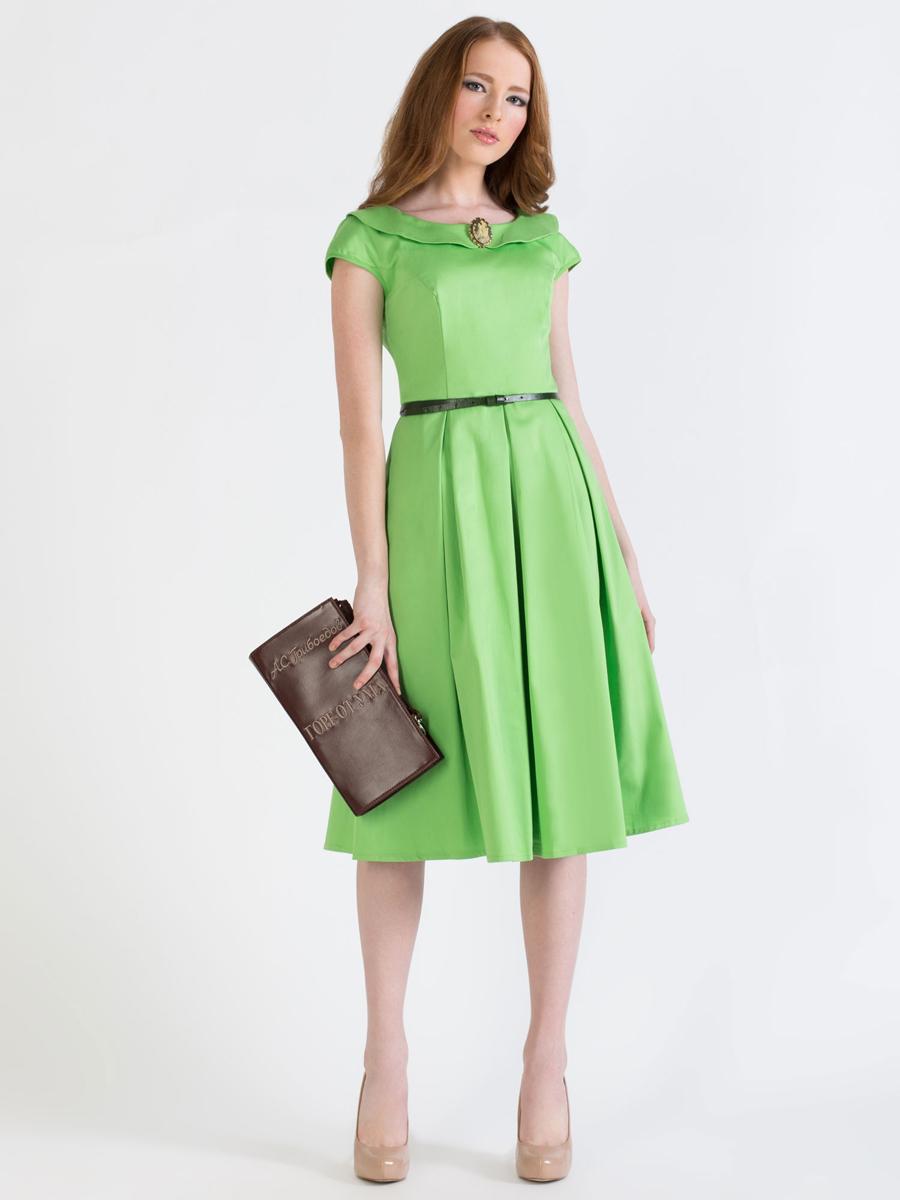 P42K-LЭлегантное однотонное платье Анна Чапман подарит удобство и поможет вам подчеркнуть свой вкус и неповторимый стиль. Платье изготовлено из плотного эластичного хлопка, оно мягкое на ощупь, не раздражает кожу и хорошо вентилируется. Модель с круглым вырезом горловины, дополненным отложным воротником и короткими цельнокроеными рукавами застегивается сбоку на потайную застежку-молнию. Платье идеально сидит, благодаря правильным выточкам и расклешенной юбке, что придает силуэту еще более утонченный вид и подчеркивает талию. В таком наряде вы несомненно окажетесь в центре внимания.