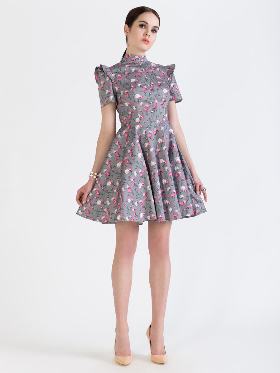P75K-22Элегантное платье Анна Чапман выполнено из высококачественного эластичного хлопка. Такое платье обеспечит вам комфорт и удобство при носке и непременно вызовет восхищение у окружающих. Приталенная модель с короткими рукавами и воротником-стойкой выгодно подчеркнет все достоинства вашей фигуры. Платье-миди застегивается на пуговицы спереди и застежку-молнию сбоку, рукава дополнены воланами на плечах. Пришивная юбка-солнце красиво драпируется и подчеркивает талию. Модель оформлена красочным принтом с изображением множества роз. Изысканное платье-миди создаст обворожительный и неповторимый образ. Это модное и удобное платье станет превосходным дополнением к вашему гардеробу, оно подарит вам удобство и поможет подчеркнуть свой вкус и неповторимый стиль.