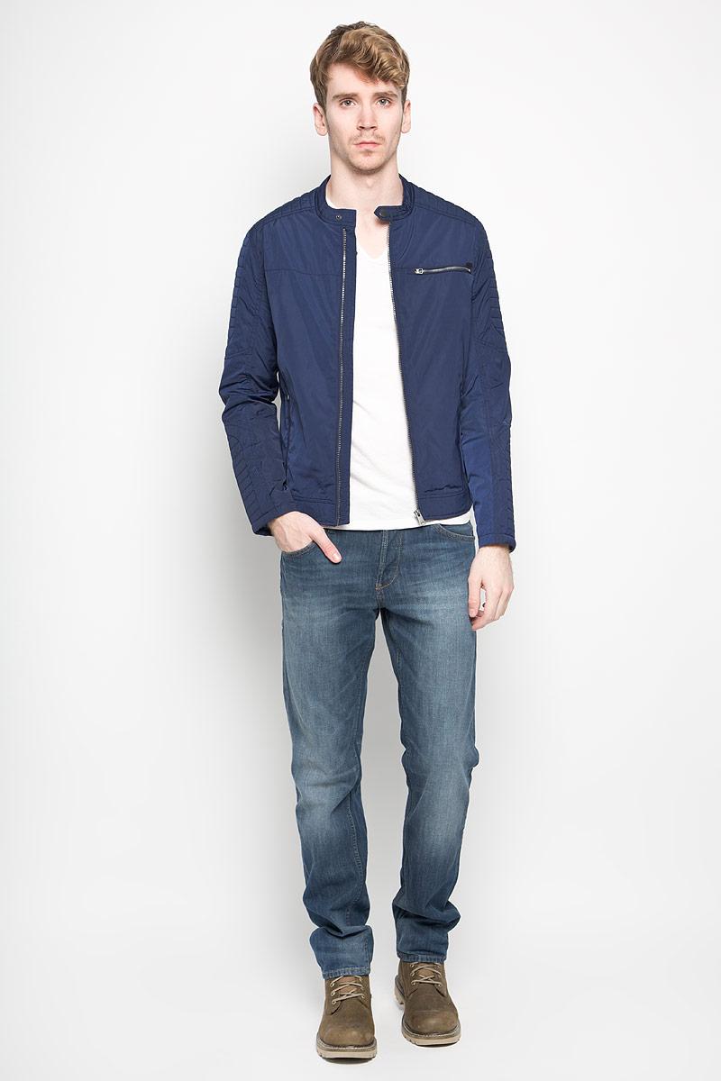 3532446.00.12_6814Стильная мужская куртка Tom Tailor Denim выполнена из полиэстера на подкладке из полиэстера. Такая модель рассчитана на прохладную погоду. Куртка поможет вам почувствовать себя максимально комфортно и стильно. Модель с длинными рукавами и воротником-стойкой застегивается на пластиковую застежку-молнию. Воротник застегивается хлястиком на кнопку. Низ изделия оформлен хлястиками на кнопках. Куртка дополнена двумя вертикальными прорезными карманами на застежке-молнии и одним нагрудным горизонтальным прорезным карманом на застежке-молнии. Внутри небольшой потайной кармашек на кнопке. Модный дизайн и практичность - отличный выбор на каждый день!