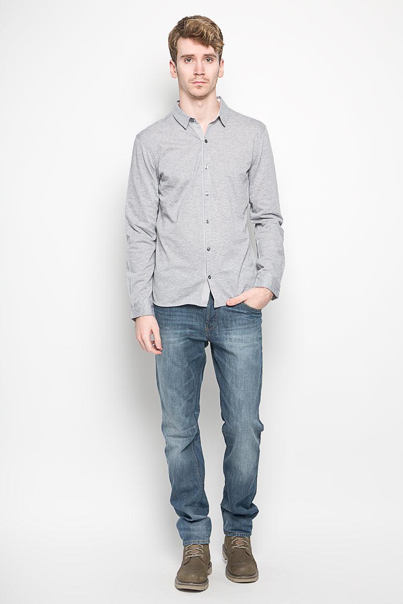 Рубашка2031331.00.15_2220Модная мужская рубашка Tom Tailor прекрасно подойдет для повседневной носки. Благодаря своему составу, в который натуральный хлопок, изделие очень мягкое и приятное на ощупь, не сковывает движения и хорошо пропускает воздух. Рубашка с отложным воротником и длинными рукавами застегивается на пуговицы по всей длине. На рукавах предусмотрены манжеты с застежкой на пуговицы. Такая модель будет дарить вам комфорт в течение всего дня и станет стильным дополнением к вашему гардеробу.