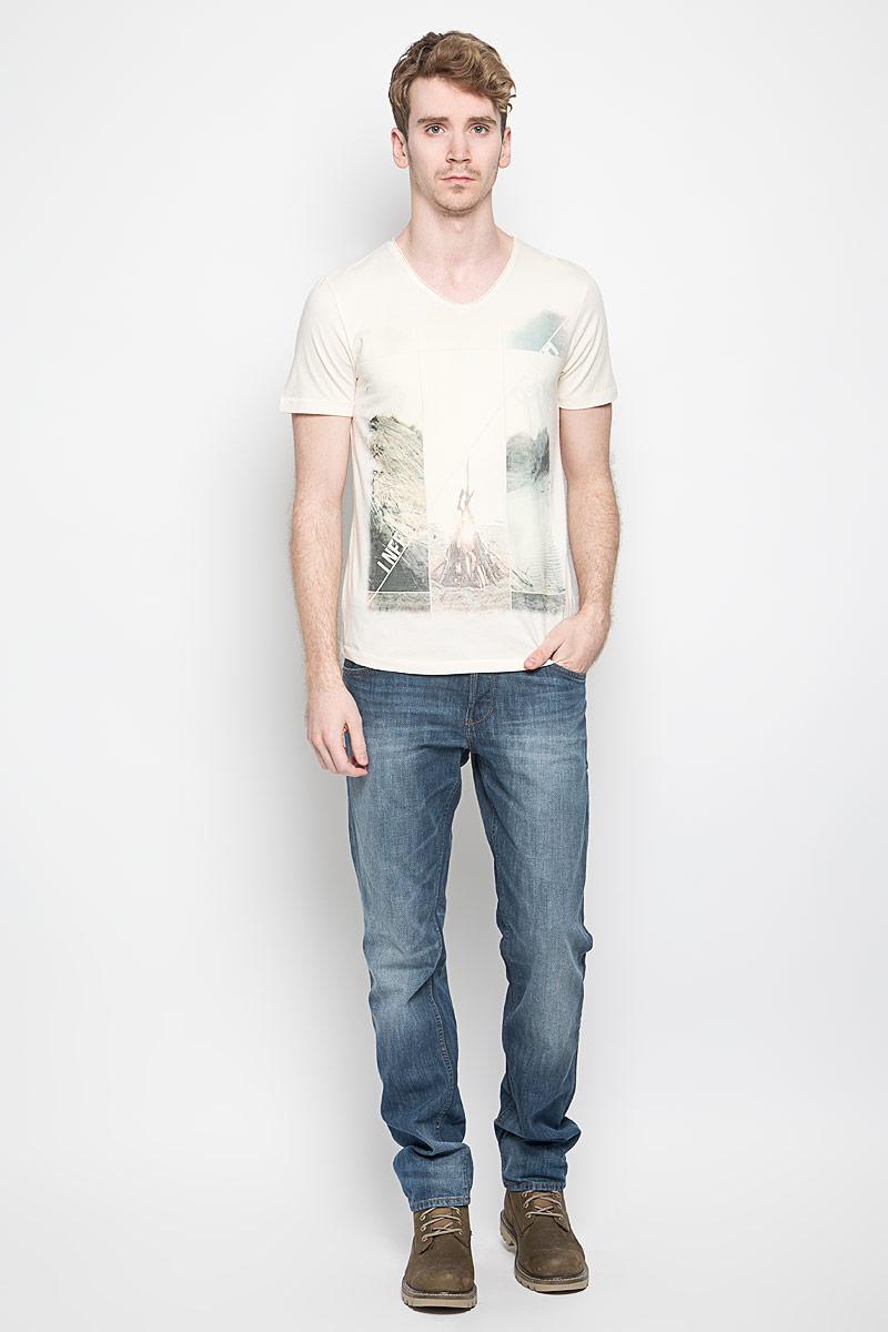 1033996.00.12_8452Стильная мужская футболка Tom Tailor Denim выполнена из натурального хлопка. Материал очень мягкий и приятный на ощупь, обладает высокой воздухопроницаемостью и гигроскопичностью, позволяет коже дышать. Модель прямого кроя с круглым вырезом горловины и короткими рукавами. Футболка дополнена оригинальным рисунком и надписями на английском языке. Такая модель подарит вам комфорт в течение всего дня и послужит замечательным дополнением к вашему гардеробу.