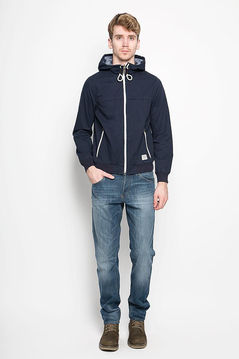 3532444.00.12_6576Стильная мужская куртка Tom Tailor Denim, выполненная из натурального хлопка, отлично подойдет для прохладных дней. Куртка с несъемным капюшоном застегивается на пластиковую застежку-молнию. Капюшон регулируется с помощью шнурка. Манжеты и низ изделия дополнены трикотажной резинкой. Спереди модели находятся два прорезных кармана на застежках-молниях. Внутри имеются два накладных кармана, в каждом из которых - два отделения. Оформлено изделие фирменной текстильной нашивкой и вышитым логотипом фирмы. Эта модная и в то же время комфортная куртка согреет вас в холодное время года и прекрасно подойдет для прогулок.