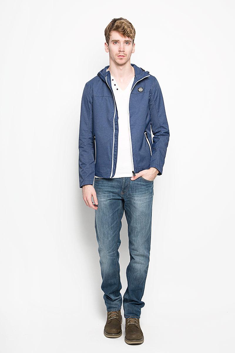 Ветровка3532445.00.12_6814Стильная мужская куртка Tom Tailor Denim, выполненная из высококачественных материалов, отлично подойдет для прохладных дней. Куртка на подкладке с несъемным капюшоном застегивается на пластиковую застежку-молнию. Капюшон регулируется с помощью резинки со стопперами. Спереди модель дополнена двумя прорезными карманами, которые застегиваются на застежку-молнию. На внутренней стороне модель дополнена одним втачным карманом на кнопке. Эта стильная куртка послужит отличным дополнением к вашему гардеробу!